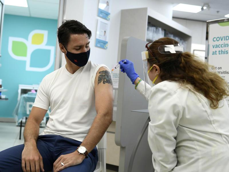Le premier ministre Justin Trudeau a reçu sa deuxième dose de vaccin contre la COVID-19 dans une pharmacie d'Ottawa, le 2 juillet.